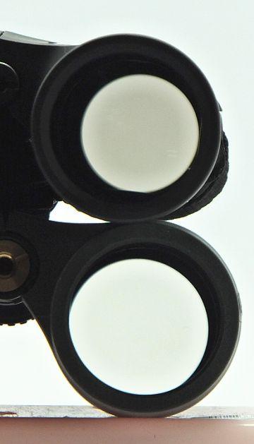Propustnost binokuláru proti bílé zdi